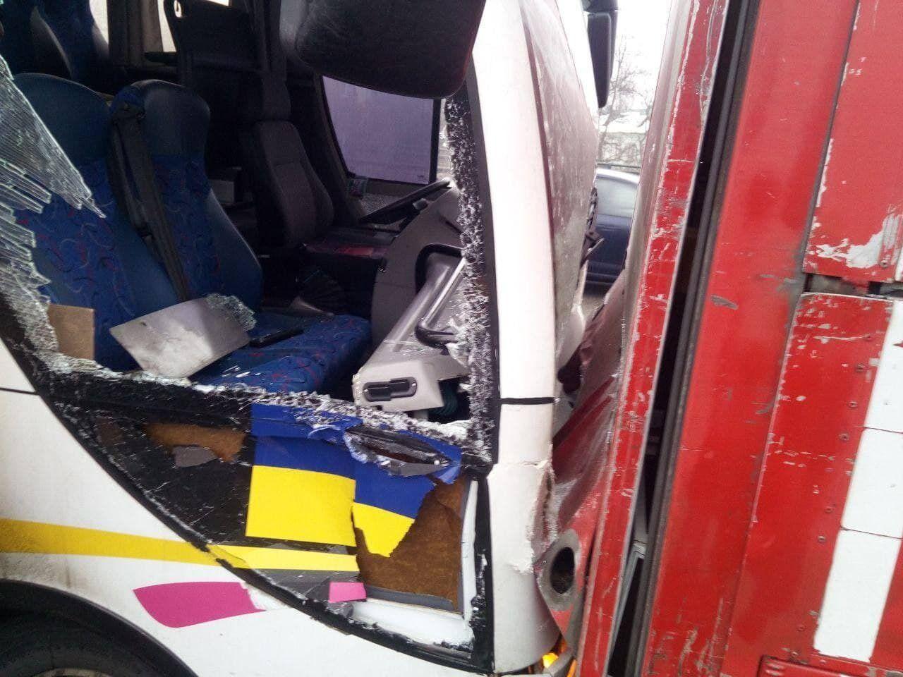 Автобус протаранил грузовик.
