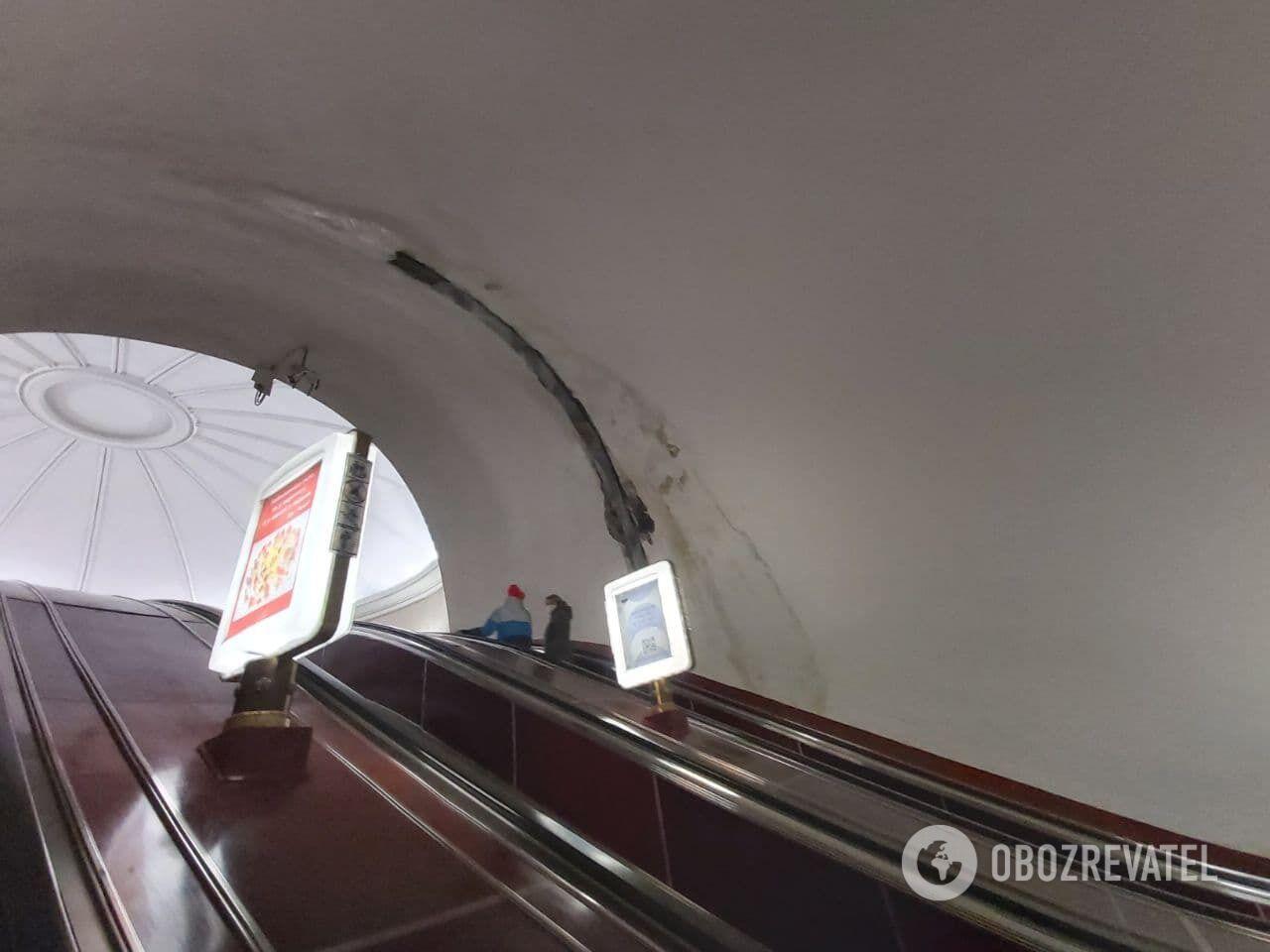 """На станції """"Університет"""" пасажирів налякала дивна конструкція."""