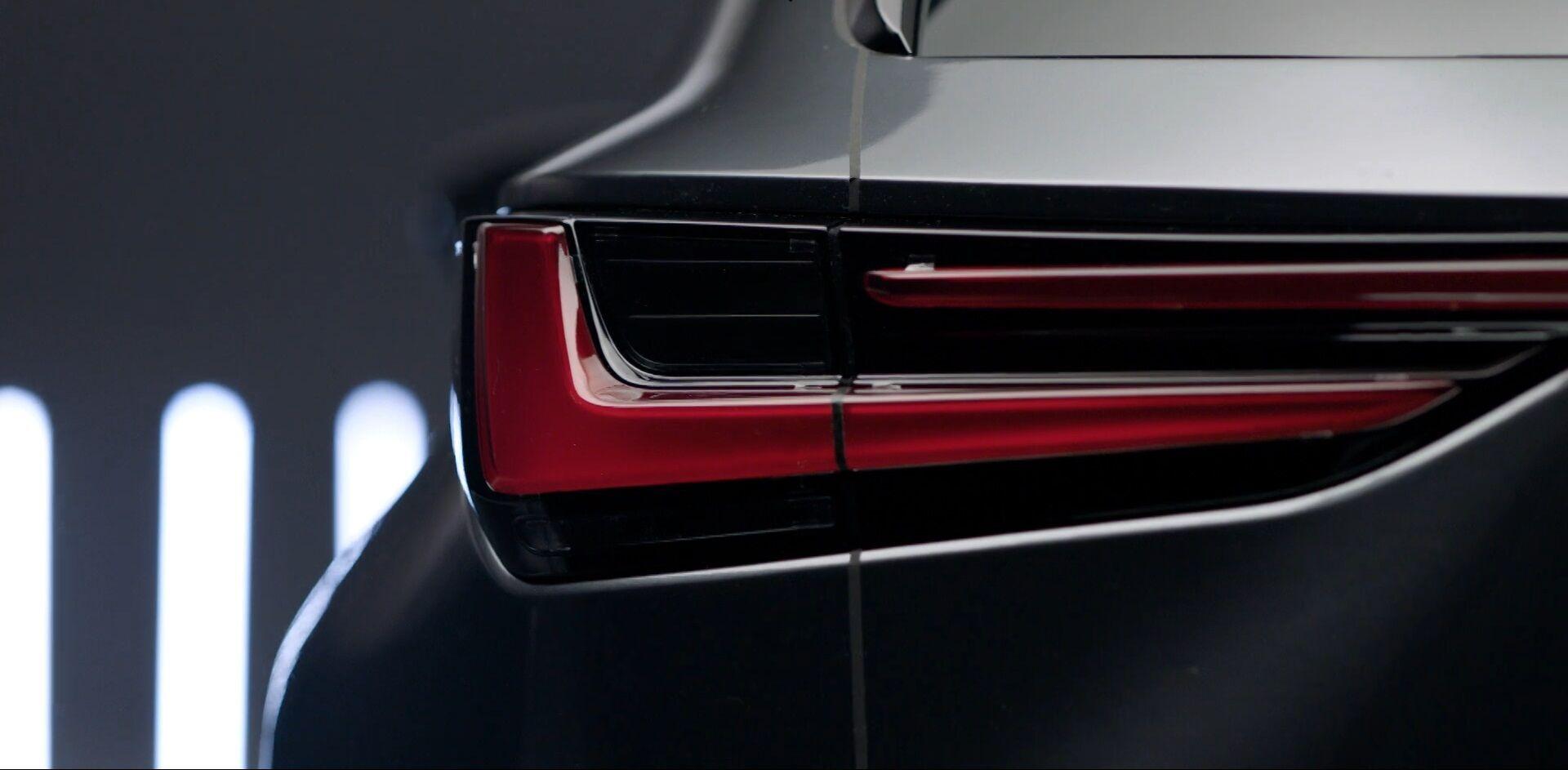 Стрілоподібні задні ліхтарі нового NX мають оригінальний дизайн