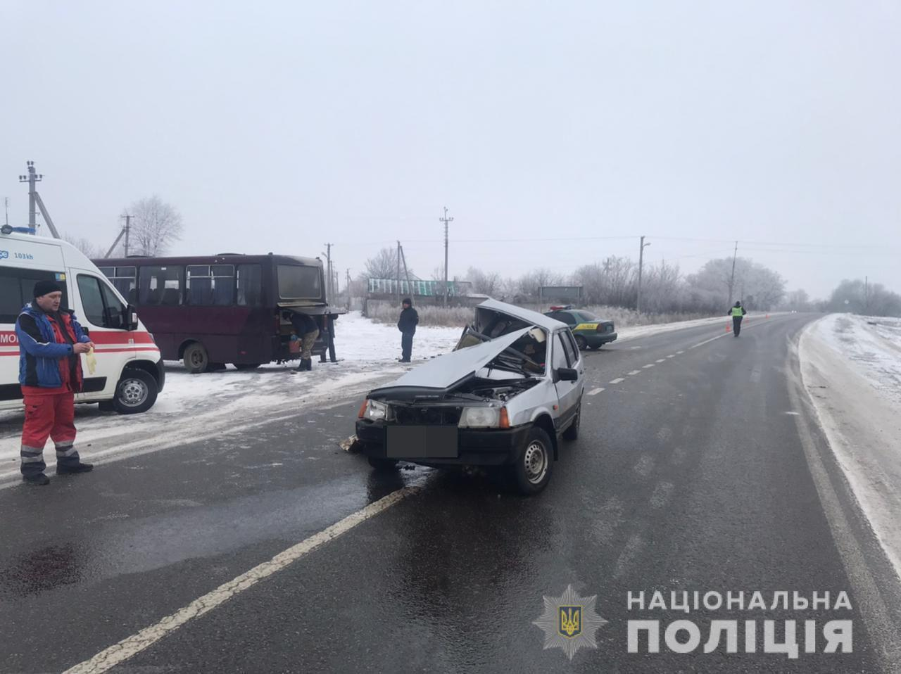ВАЗ 2109 зіткнувся з автобусом