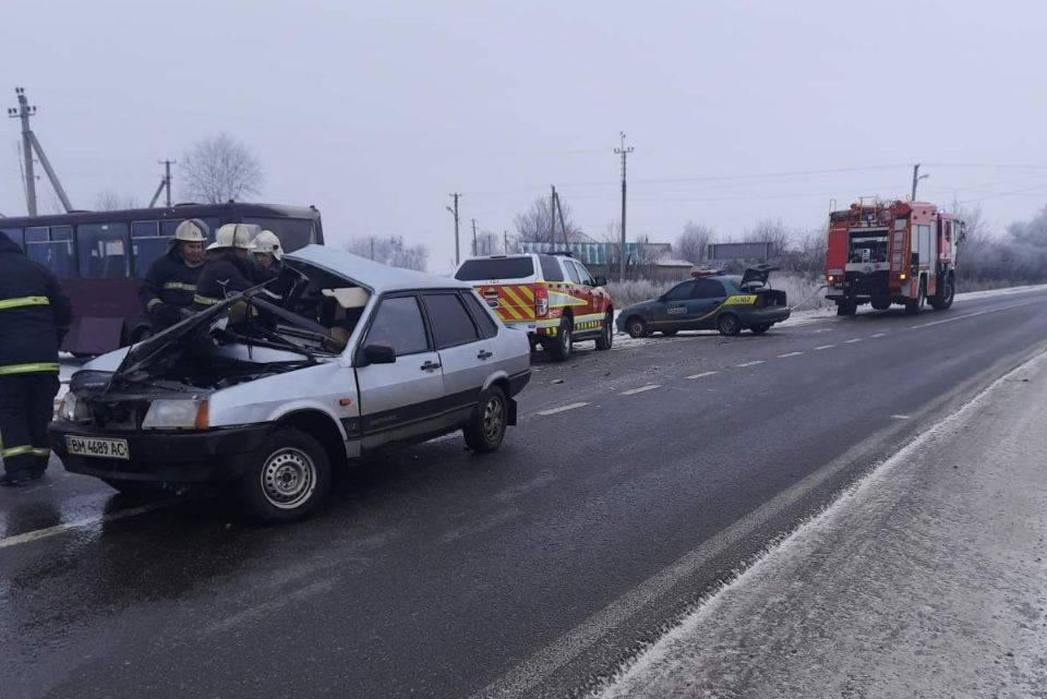 Водій і пасажирка ВАЗа загинули
