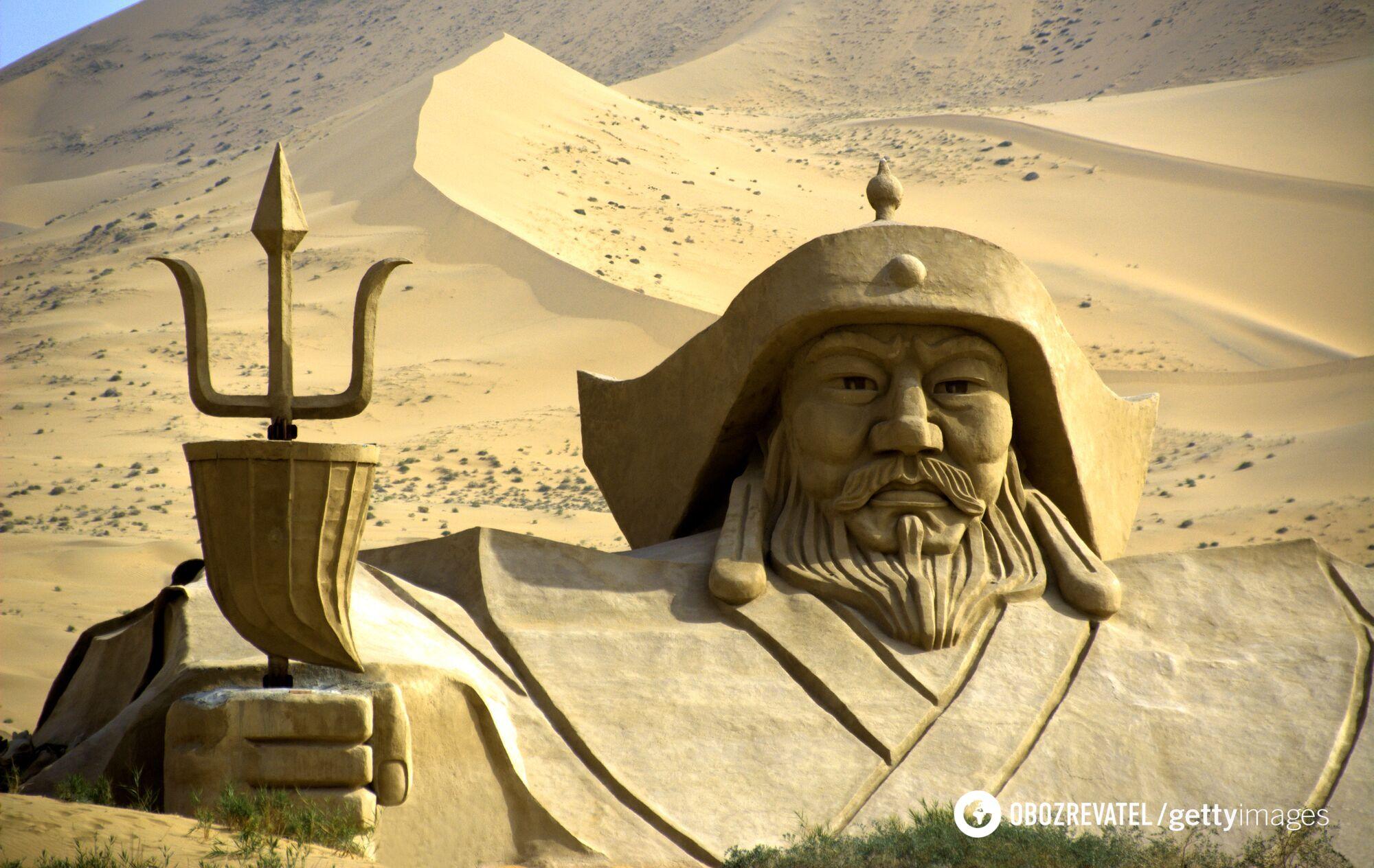 Величезна статуя Чингісхана посеред пустелі Бадайн-Джаран у Внутрішній Монголії, Китай