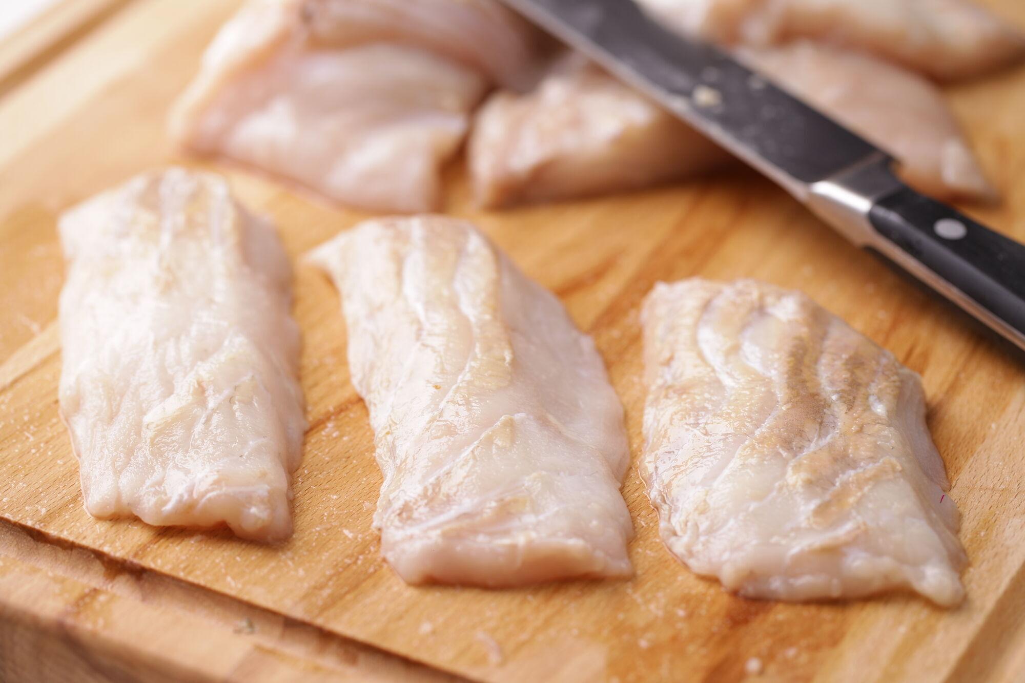 Рыбу почистить от кожи и костей.