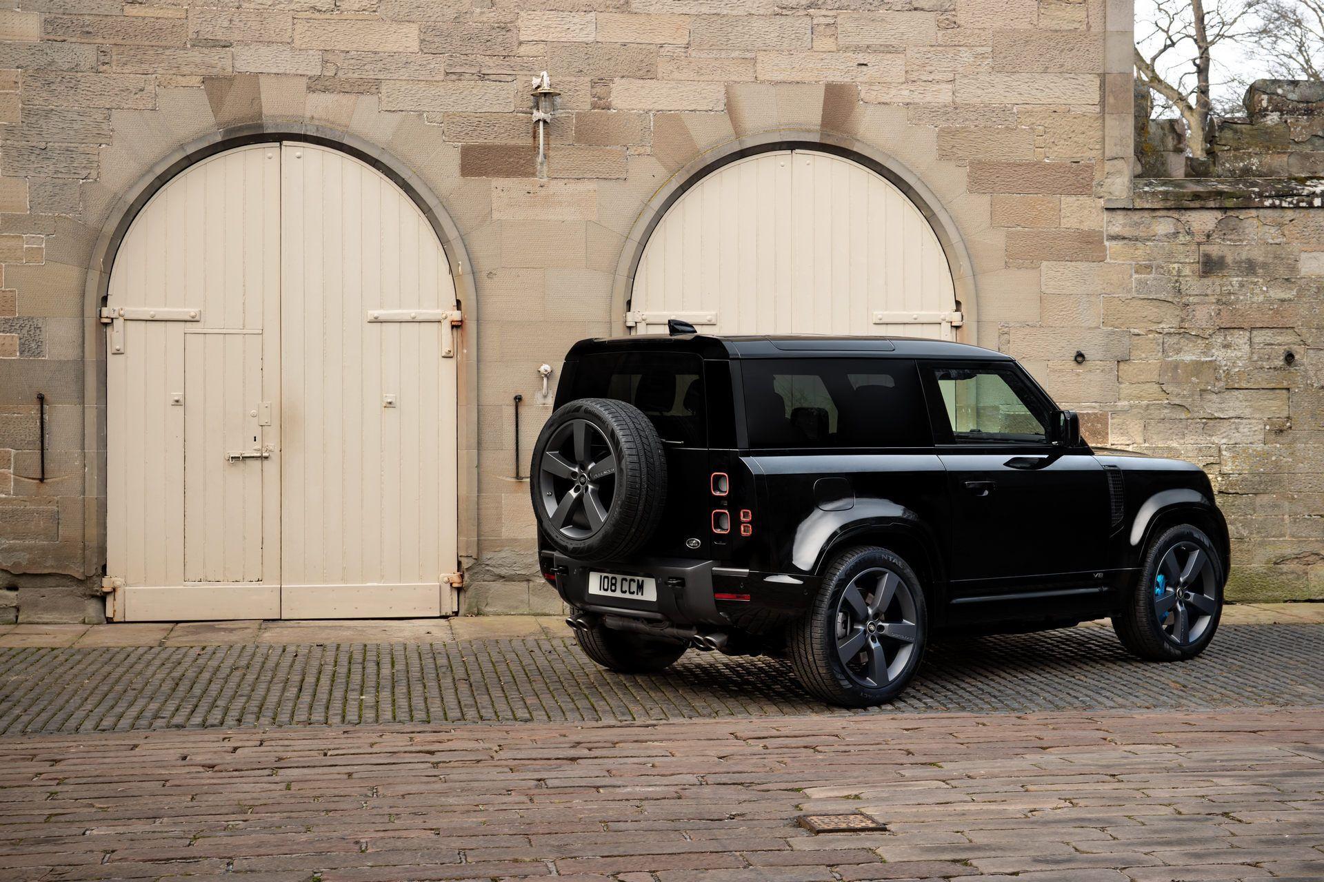 Задняя часть Land Rover Defender