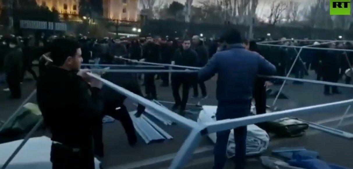 Оппозиция ставит палатки на площади перед парламентом в Ереване.
