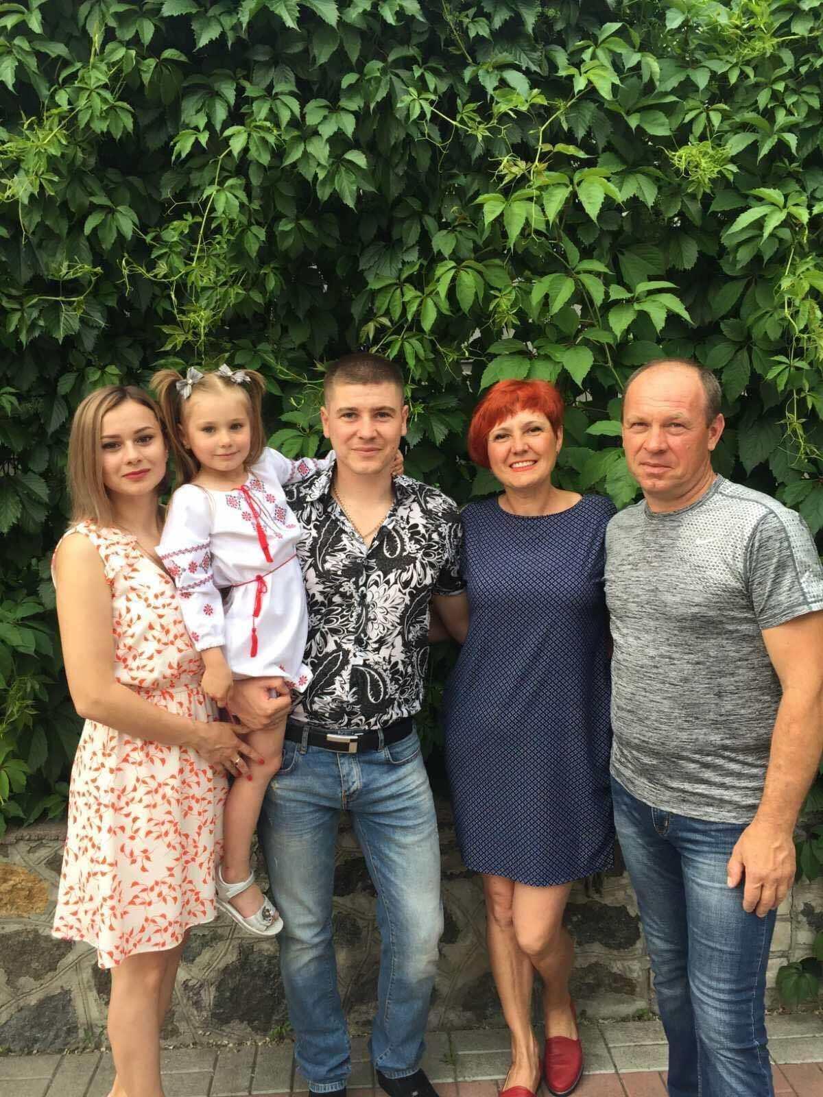Дмитро Забажан із дружиною, донькою та батьками.