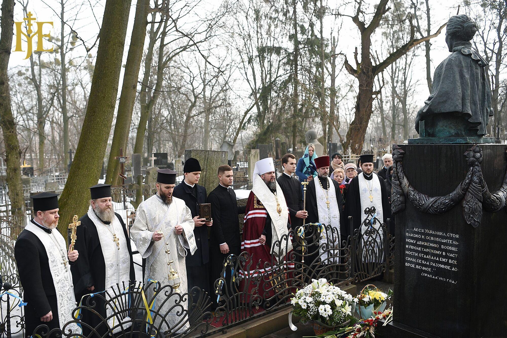 На памятнике Лесе Украинке восстановили бронзовое украшение, но оставили пропагандистскую цитату