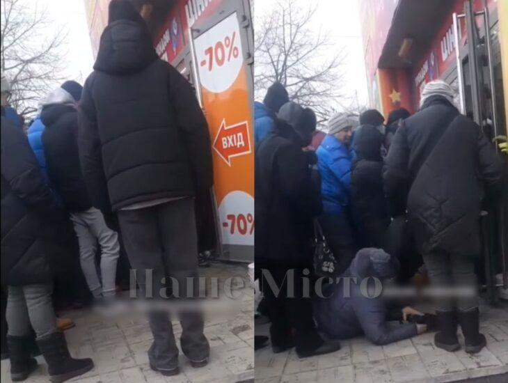 Люди штовхалися під входом у секонд-хенд