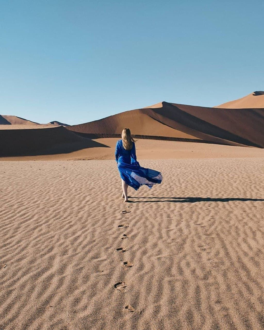 Кароль позує в пустелі.