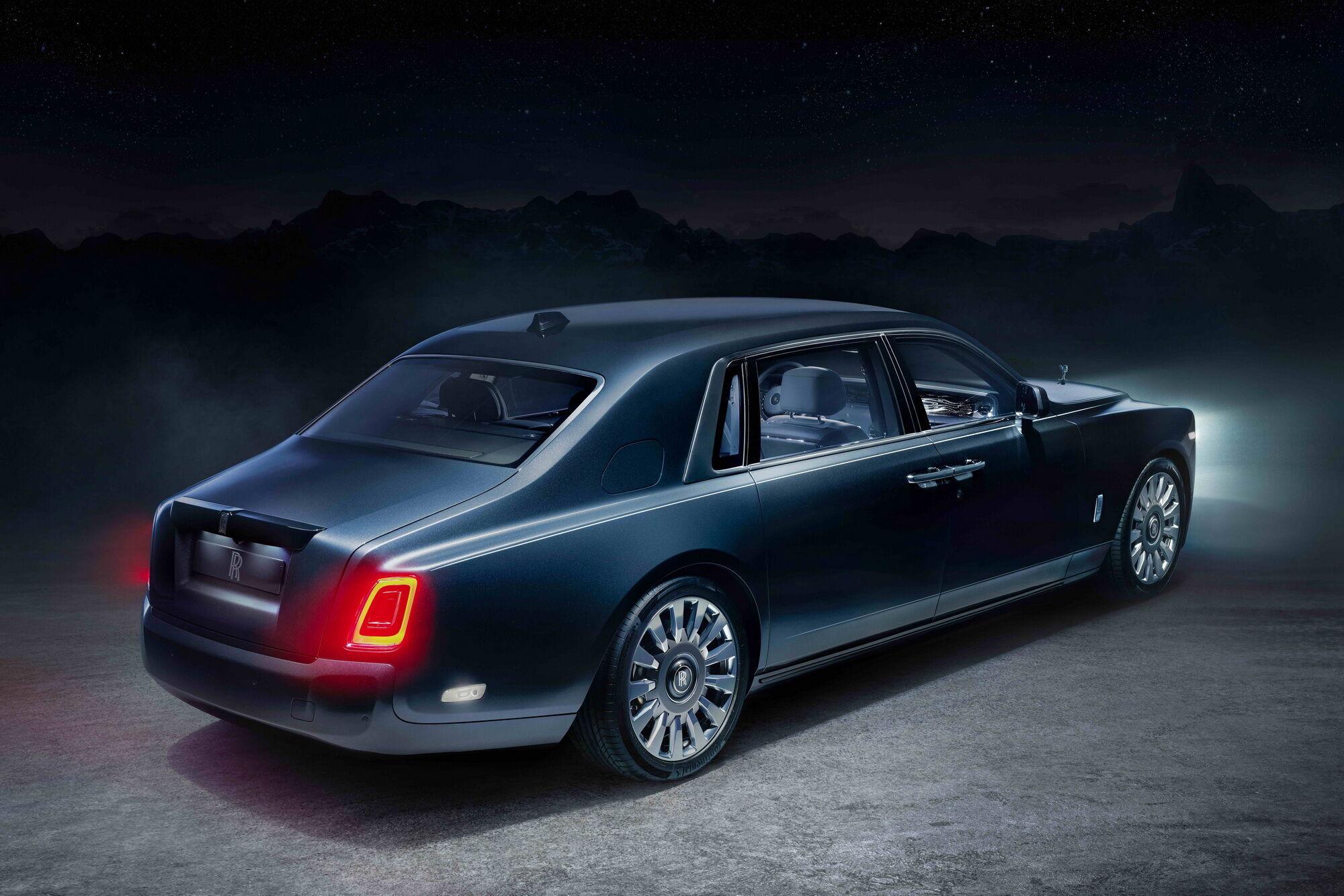Кузови автомобілів колекції Phantom Tempus покриті новою фарбою відтінку Kairos Blue, що символізує загадкову темряву космосу