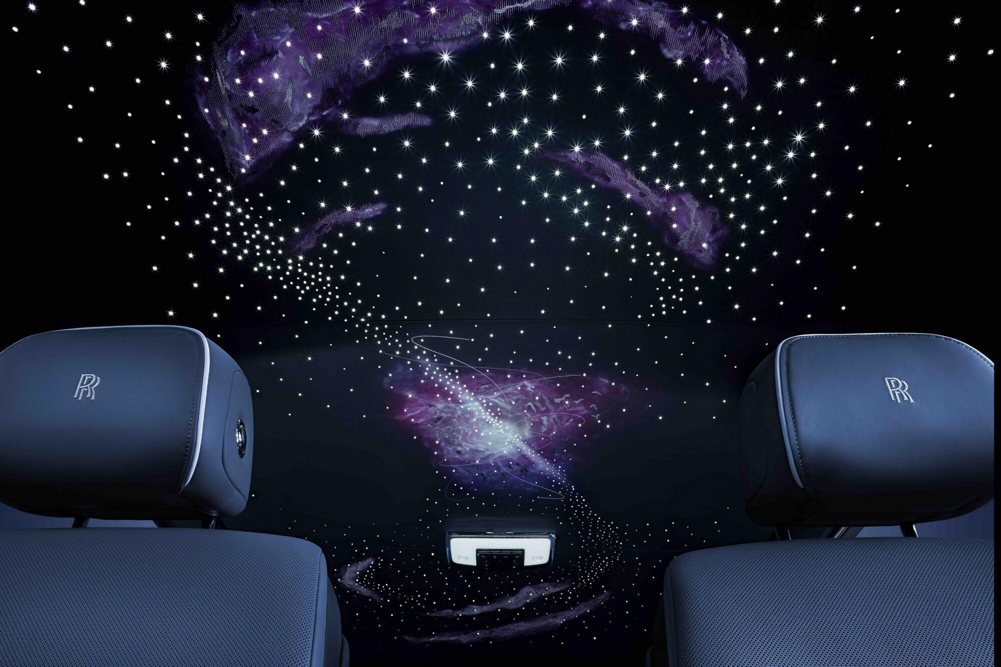 Саме пульсари вишито на стелі автомобілів Phantom Tempus, доповнюючи зоряне небо з оптоволоконних ниток