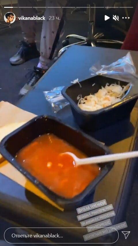 Співачка показала свій обід, який складається з борщу й капусти