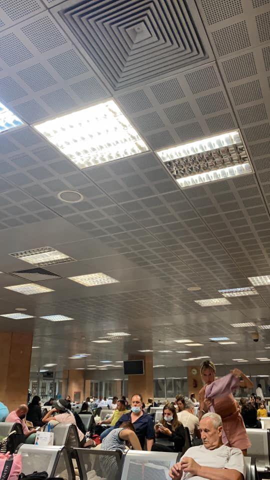 Застряглі пасажири в будівлі аеропорту