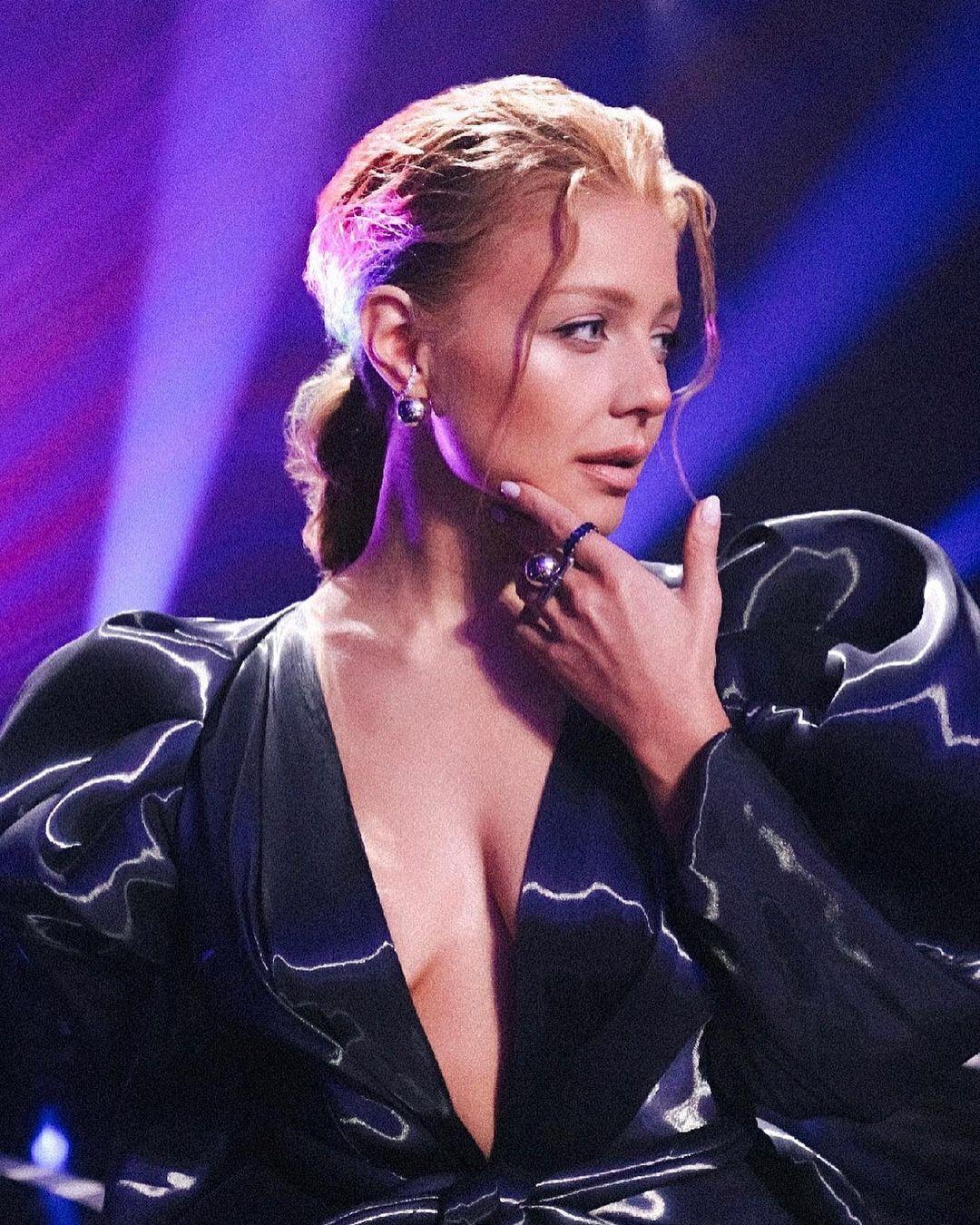 Тіна Кароль позувала перед камерою в сексуальній сукні з глибоким декольте.