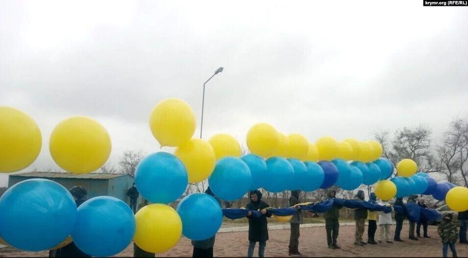 Прапор запустили в Крим на повітряних кулях із Каланчака