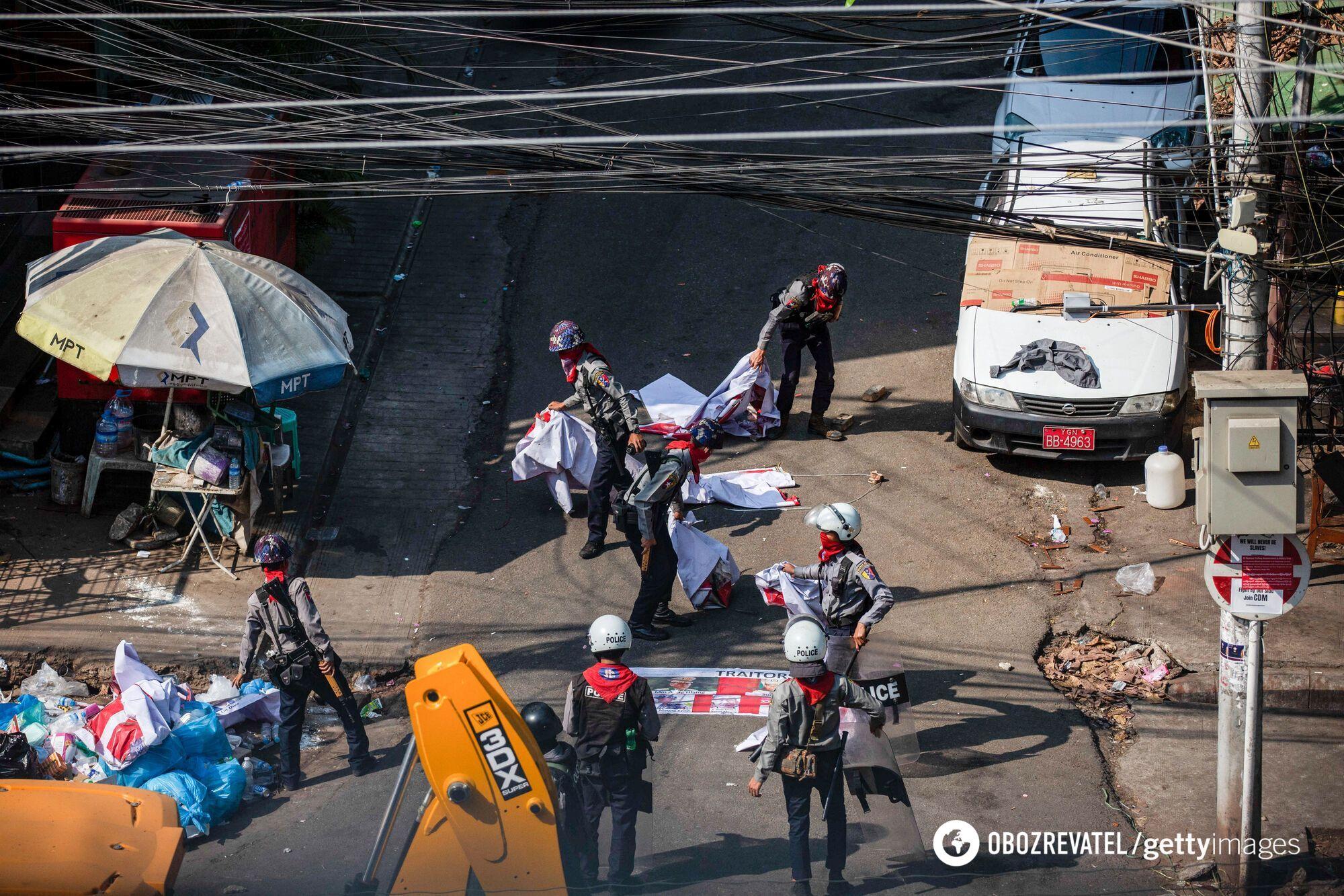 Поліцейські знімають антивоєнні прапори