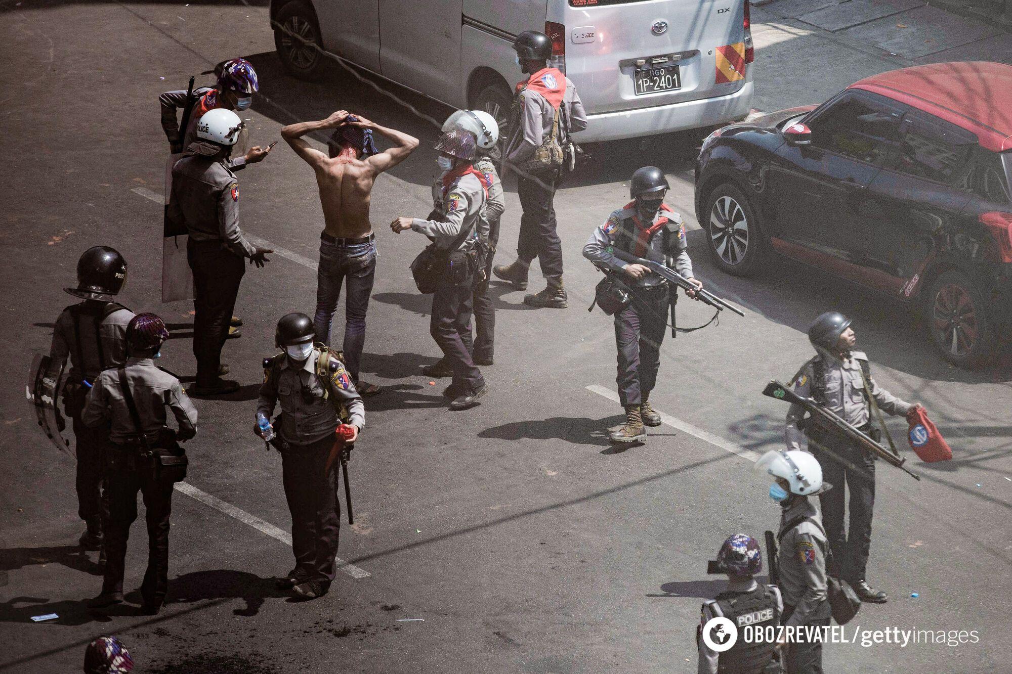 Співробітники поліції затримують протестувальника