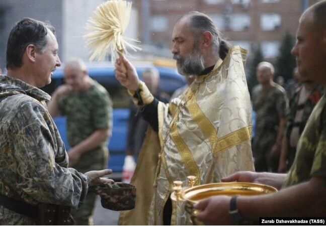 Священник Московського патріархату благословляє Ігоря Гіркіна