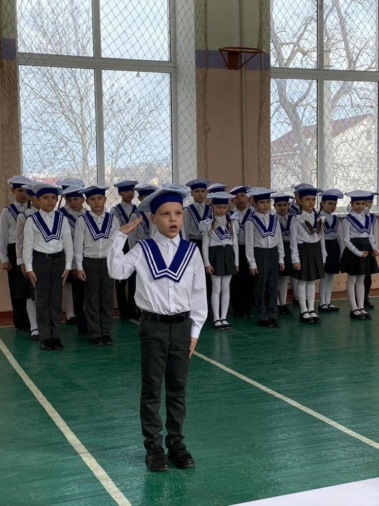 Учні молодших класів проходять стройовий огляд