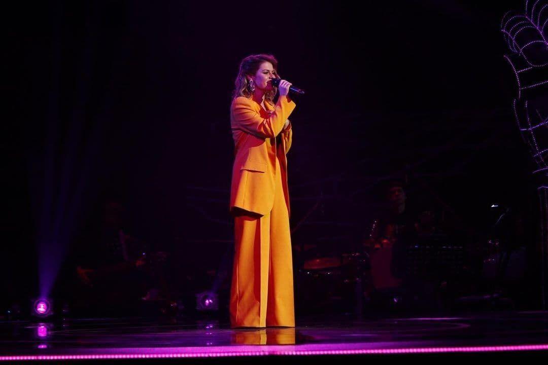 """Вікторія Брехаря співає на """"Голосі країни""""."""