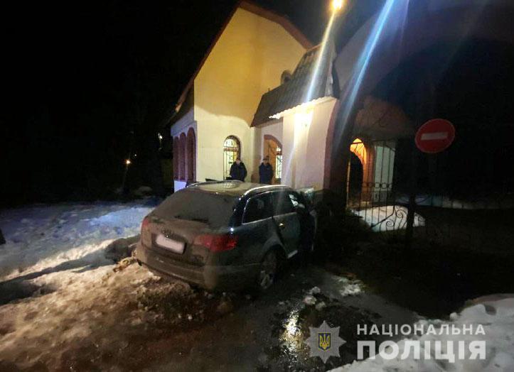 Водій Audi A6 рухався по вулиці Лісовій, але не впорався з керуванням