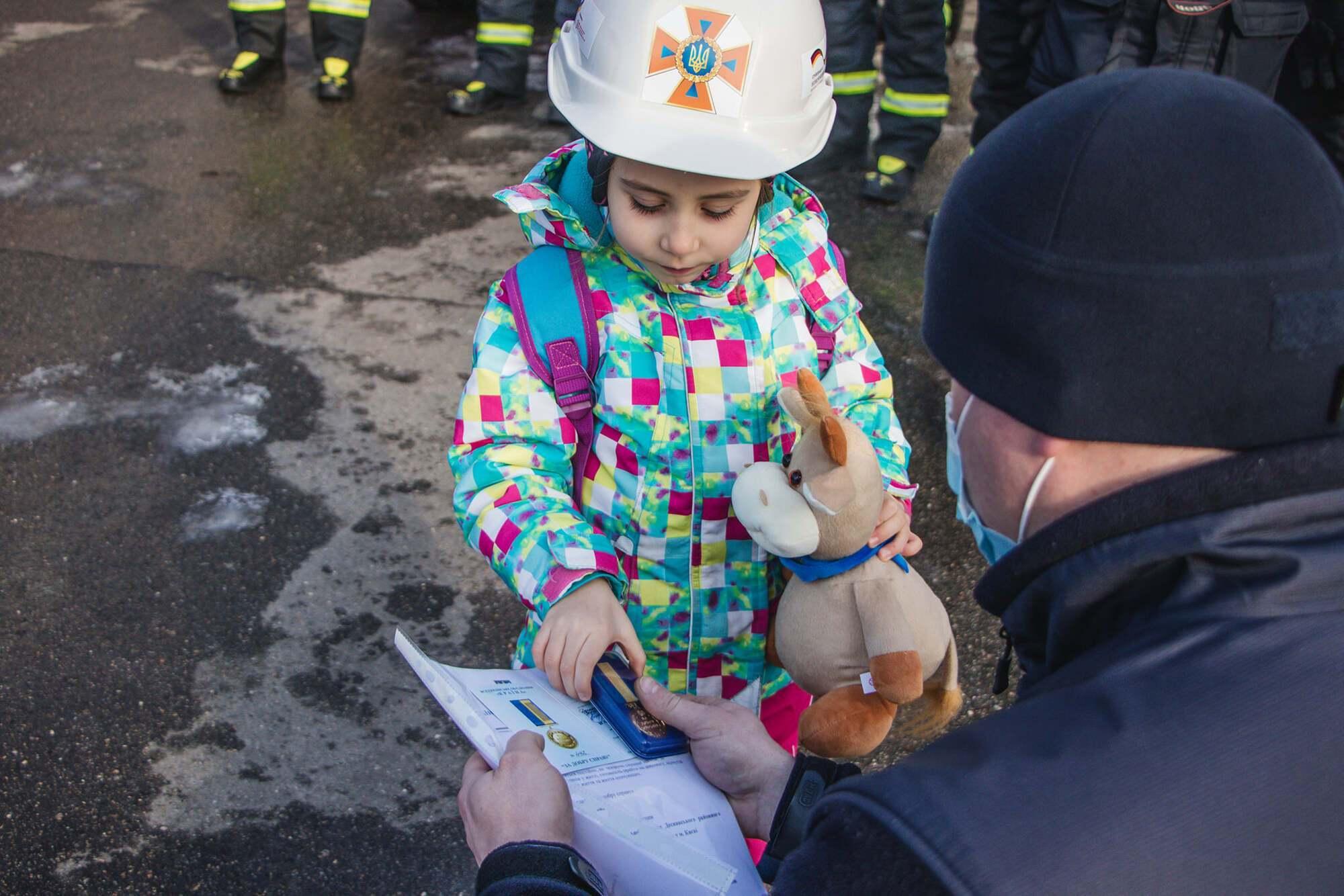 Дитині провели екскурсію по пожежній частині.
