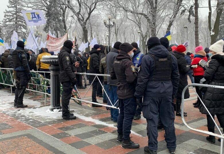 Митингующие собрались у здания украинского парламента.