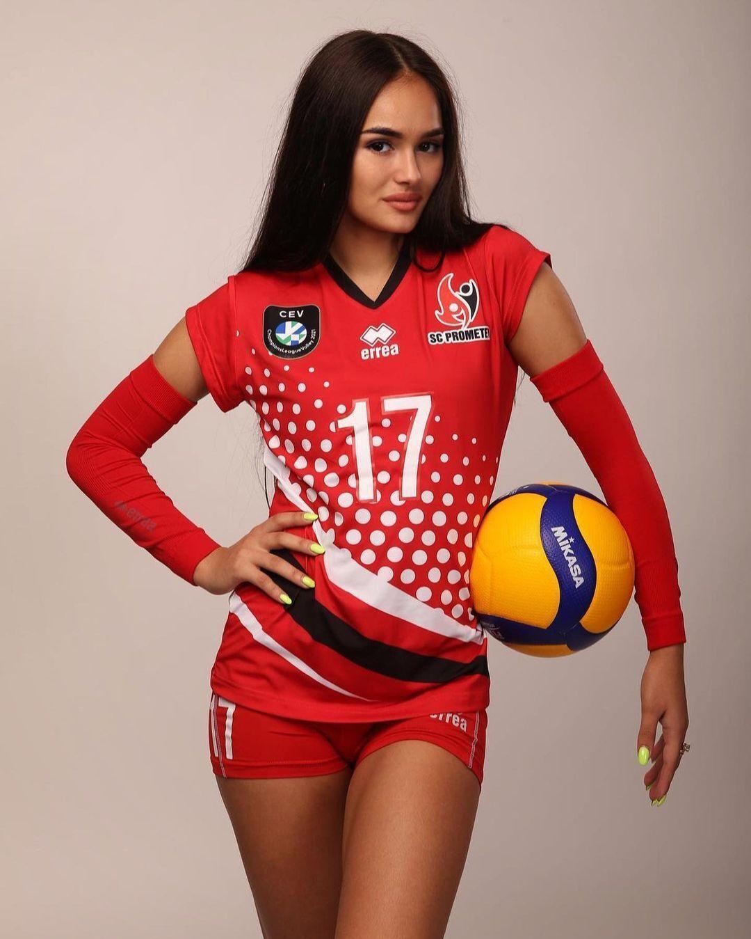 Дарья Дуденок позирует с мячом