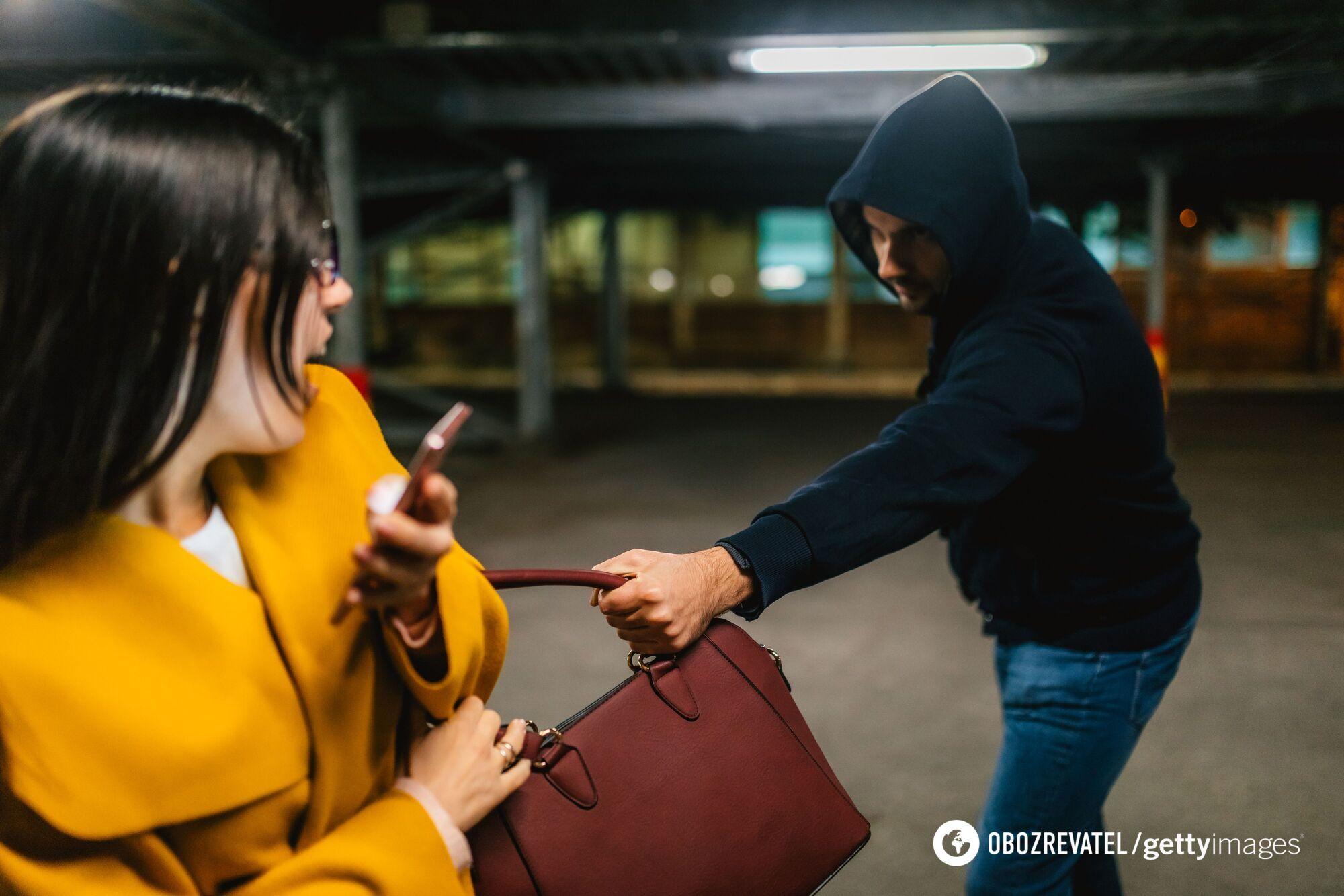 Чаще всего грабители вырывают женские сумки