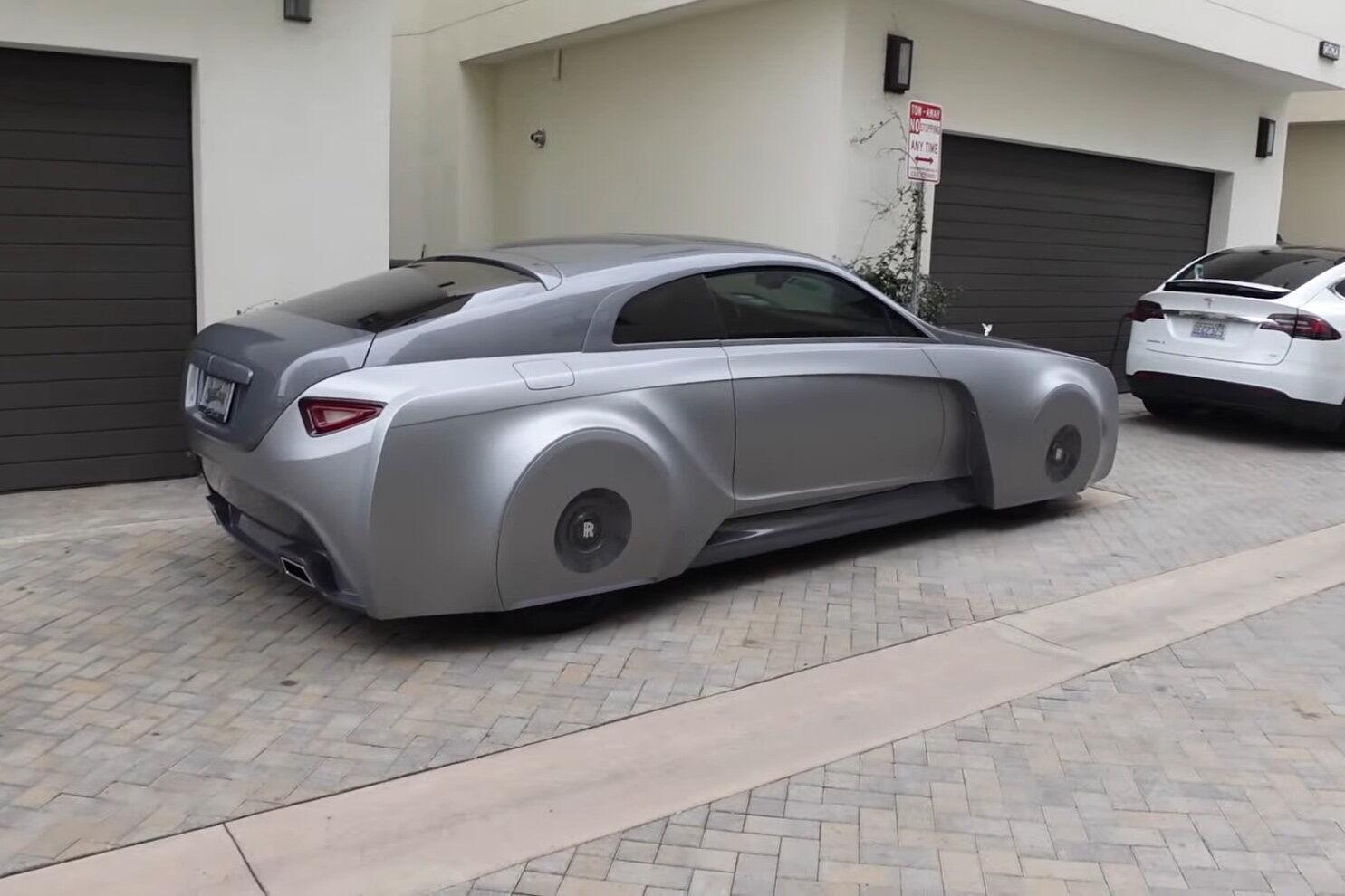 Впізнати у цьому автомобілі Rolls-Royce Wraith можна лише за характерною рамкою лобового скла та похилою задньою частиною кузова