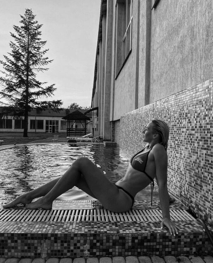 Мария Лозинская снялась возле бассейна