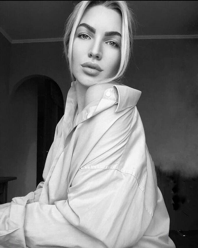 Мария Лозинская позирует в рубашке