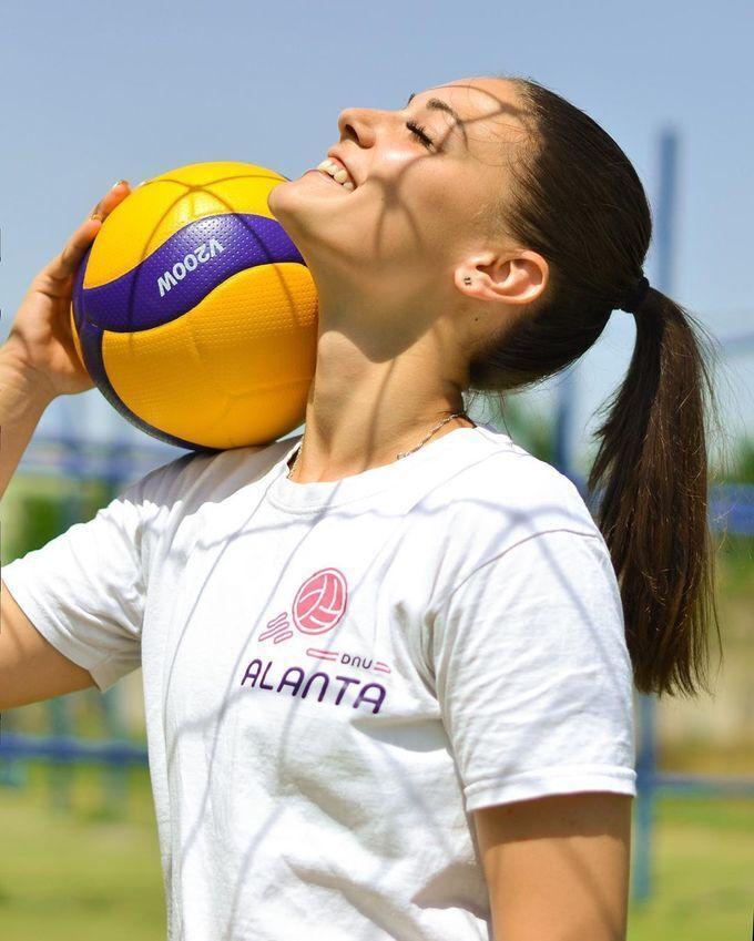Дарья Перетятько с мячом на плече