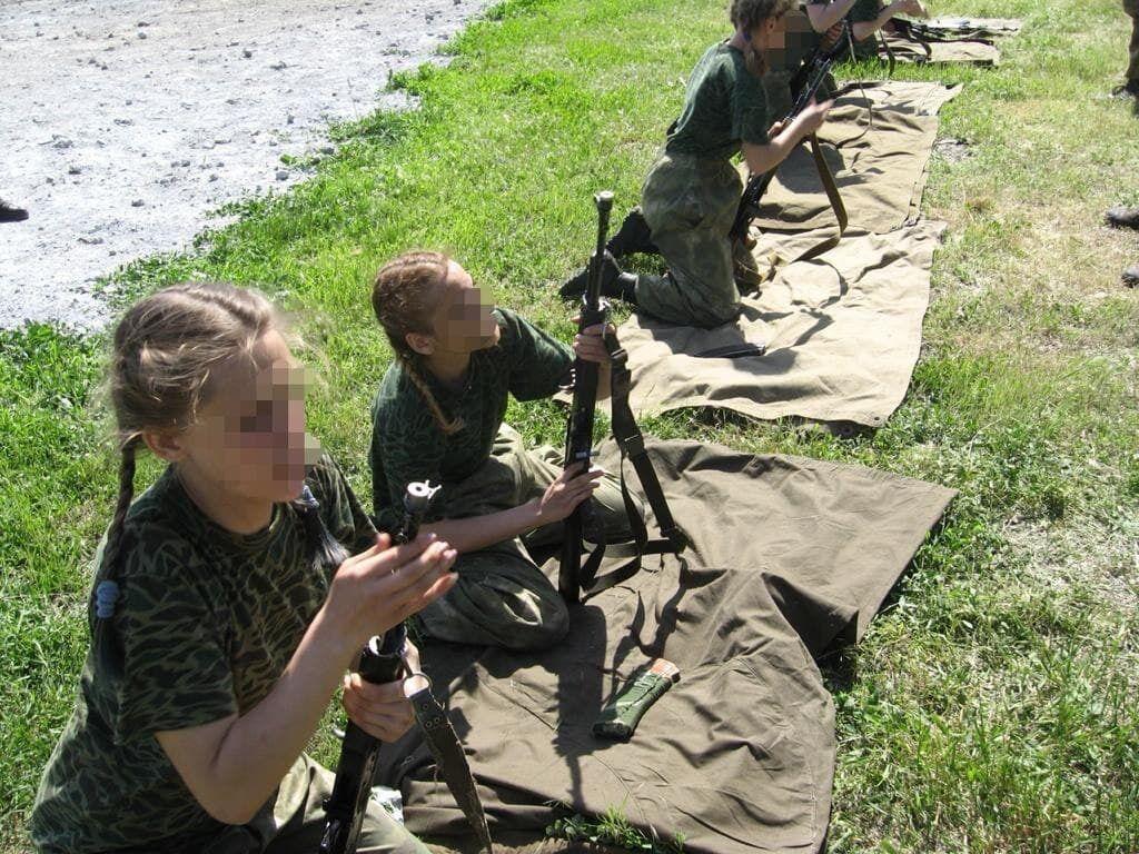 Представители ВФ РФ учат детей стрелять