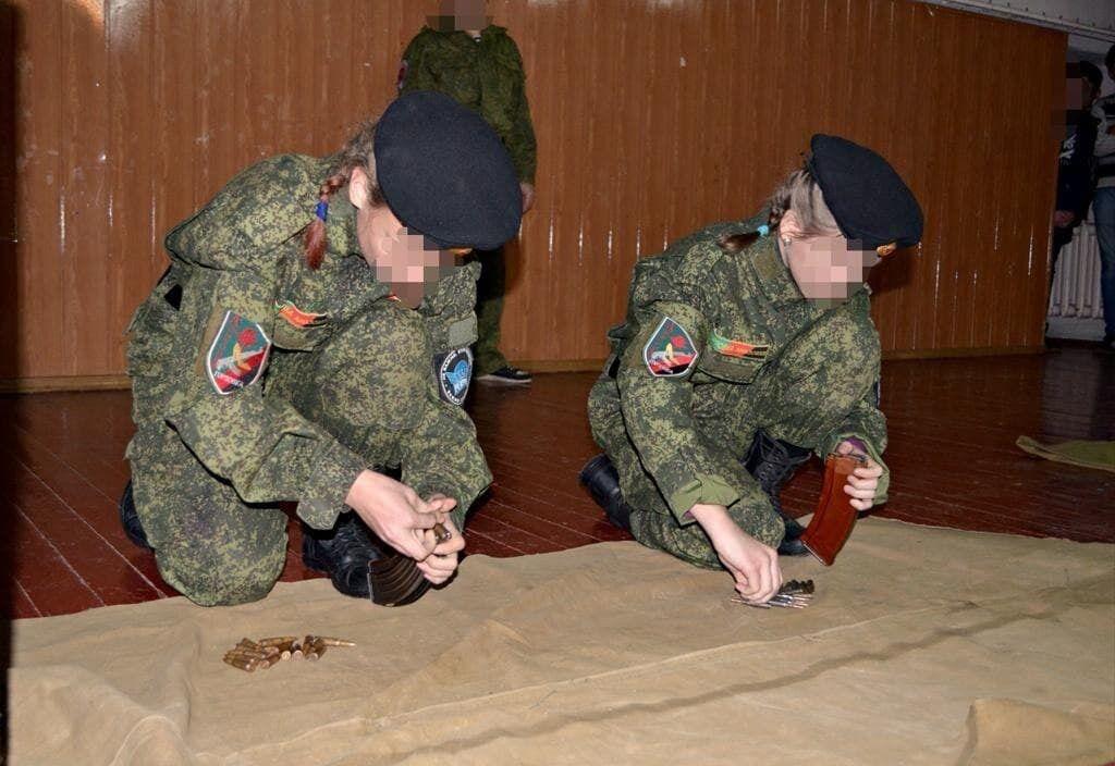 Представители ВФ РФ учат детей собирать оружие