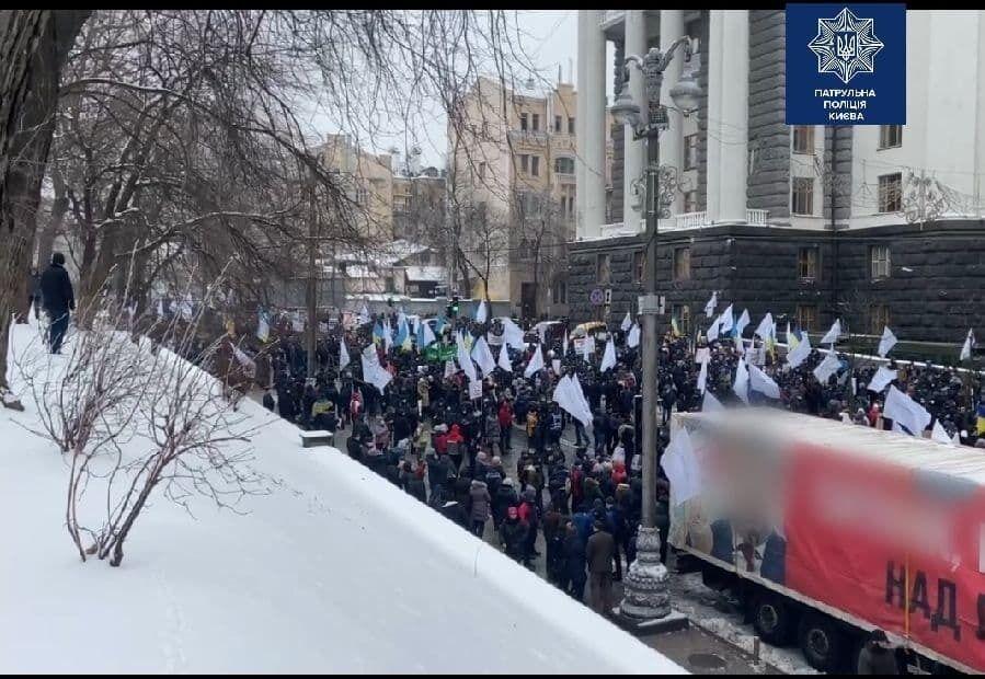 Митингующие перекрыли улицу Грушевского.