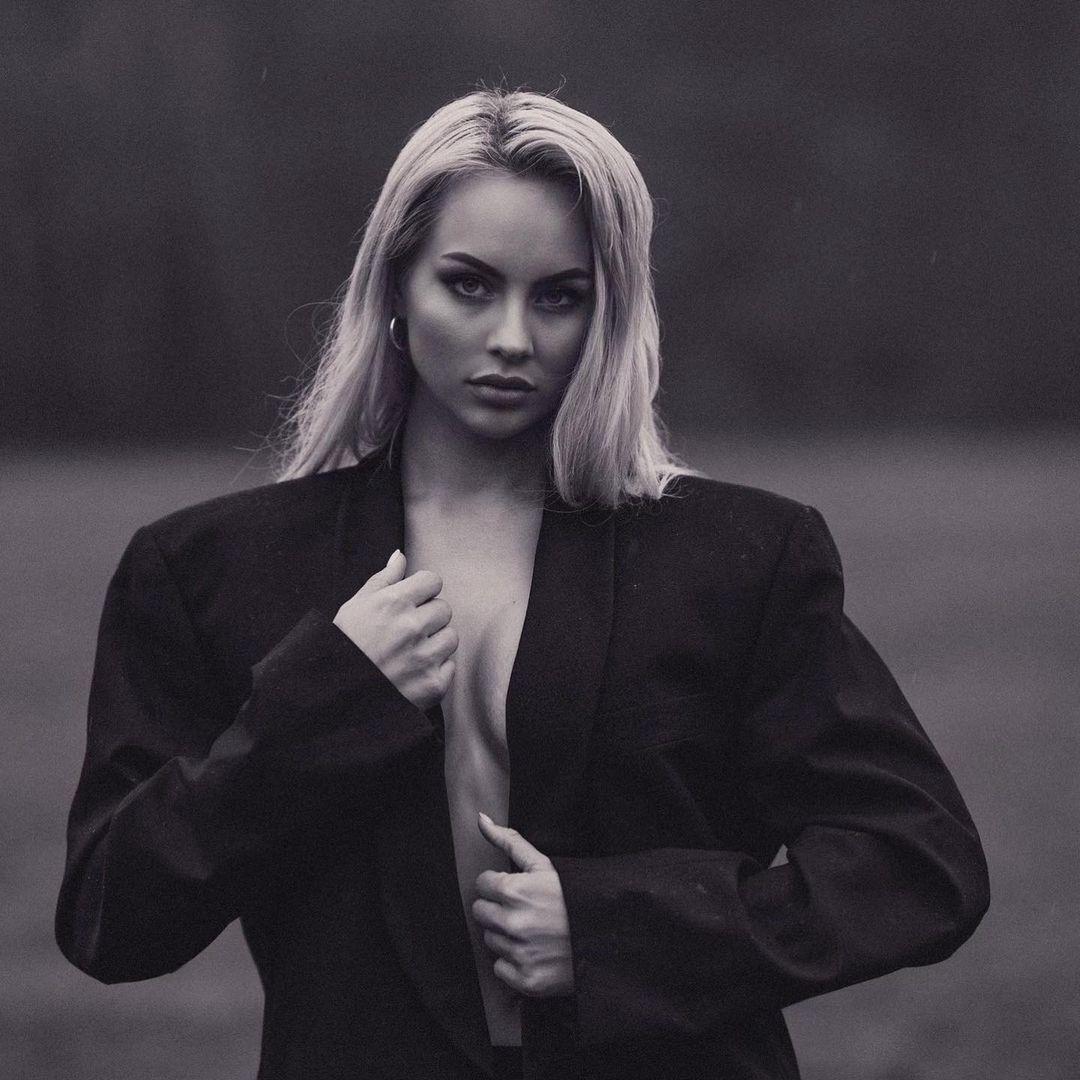 Кася Ленхардт у піджаку на голе тіло