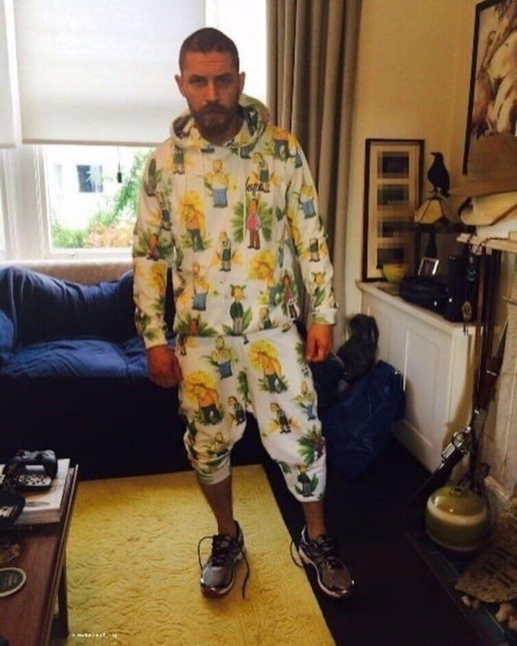 Том Харди в пижаме с симпсонами