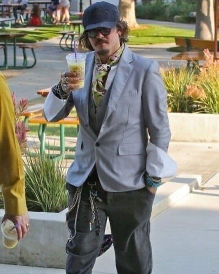 Джонни Депп на прогулке