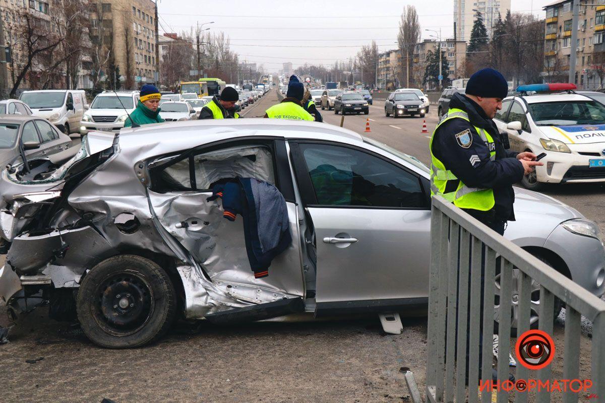 Водитель влетел в металлическое ограждение.