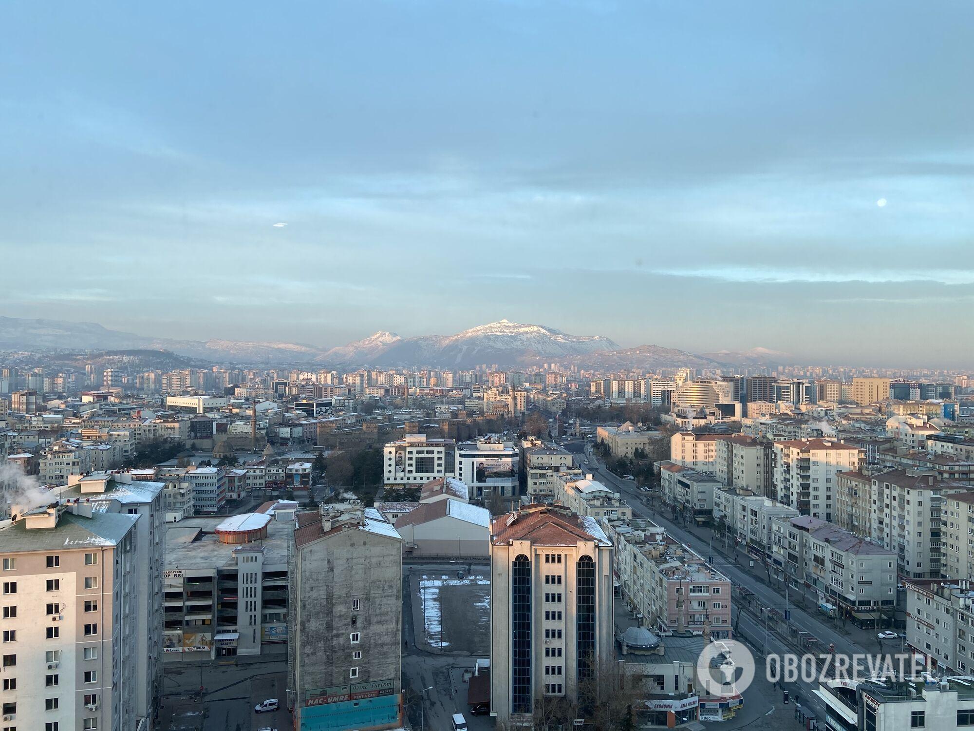 Вид на город Кайсери и горы с 14 этажа отеля Radisson Blu