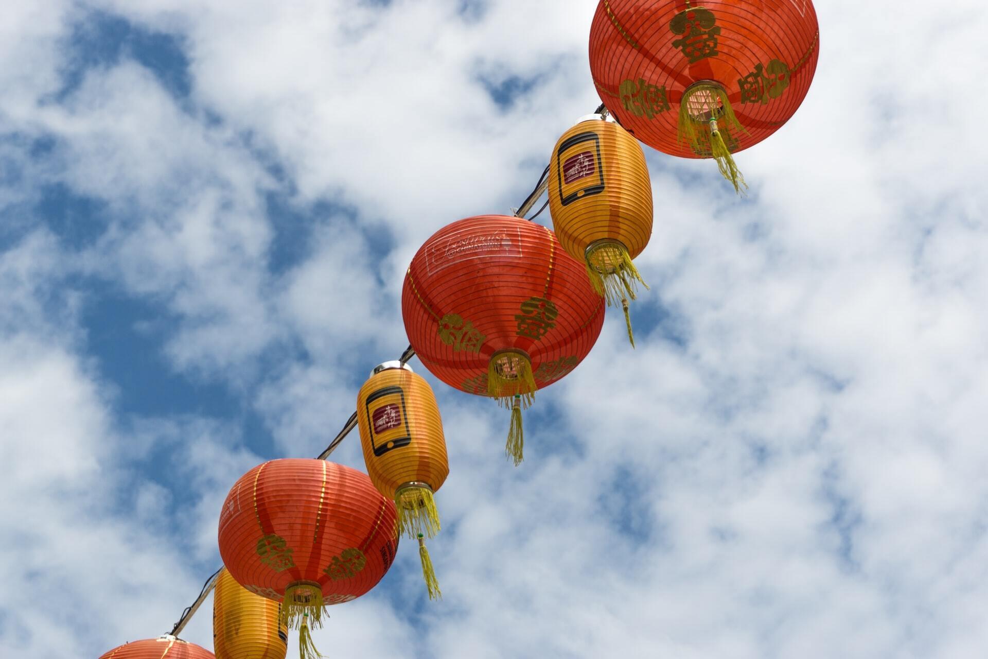 В Новый год в Китае принято повсюду развешивать красные фонарики