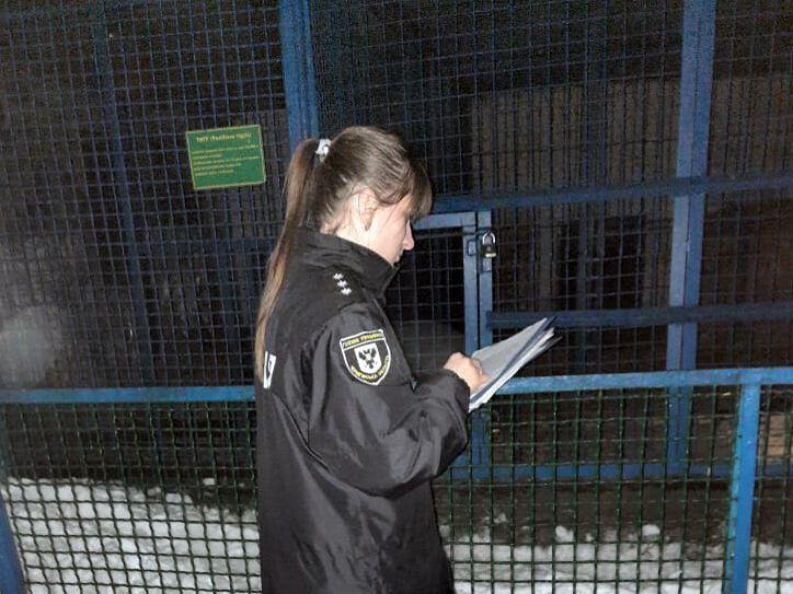 Полицейская возле клетки, где загрызли человека