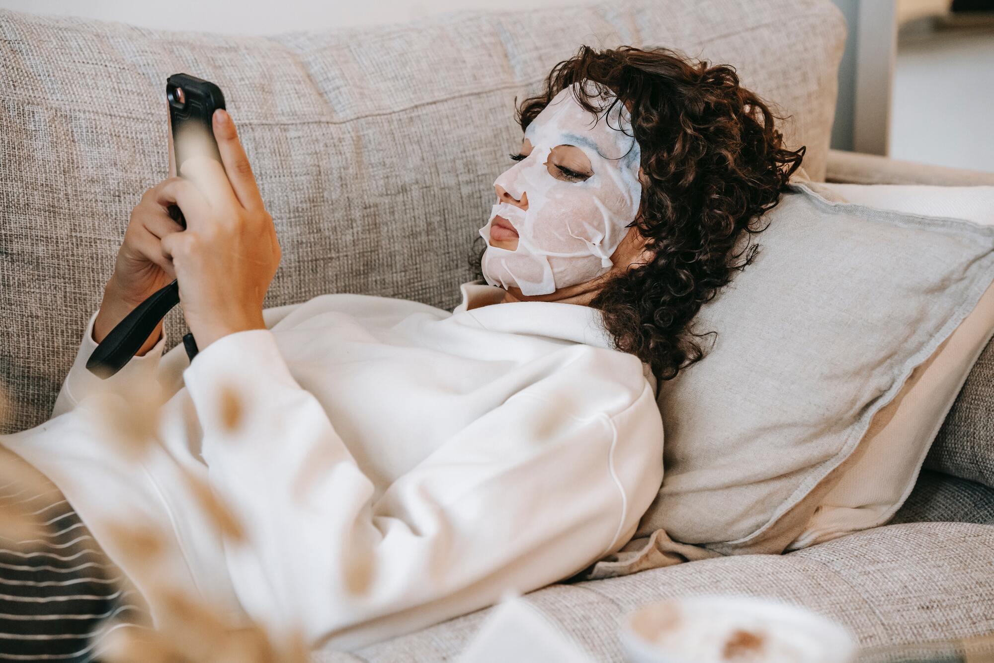 Не все бьюти-эксперты считают, что тканевые маски для лица дают долгий эффект