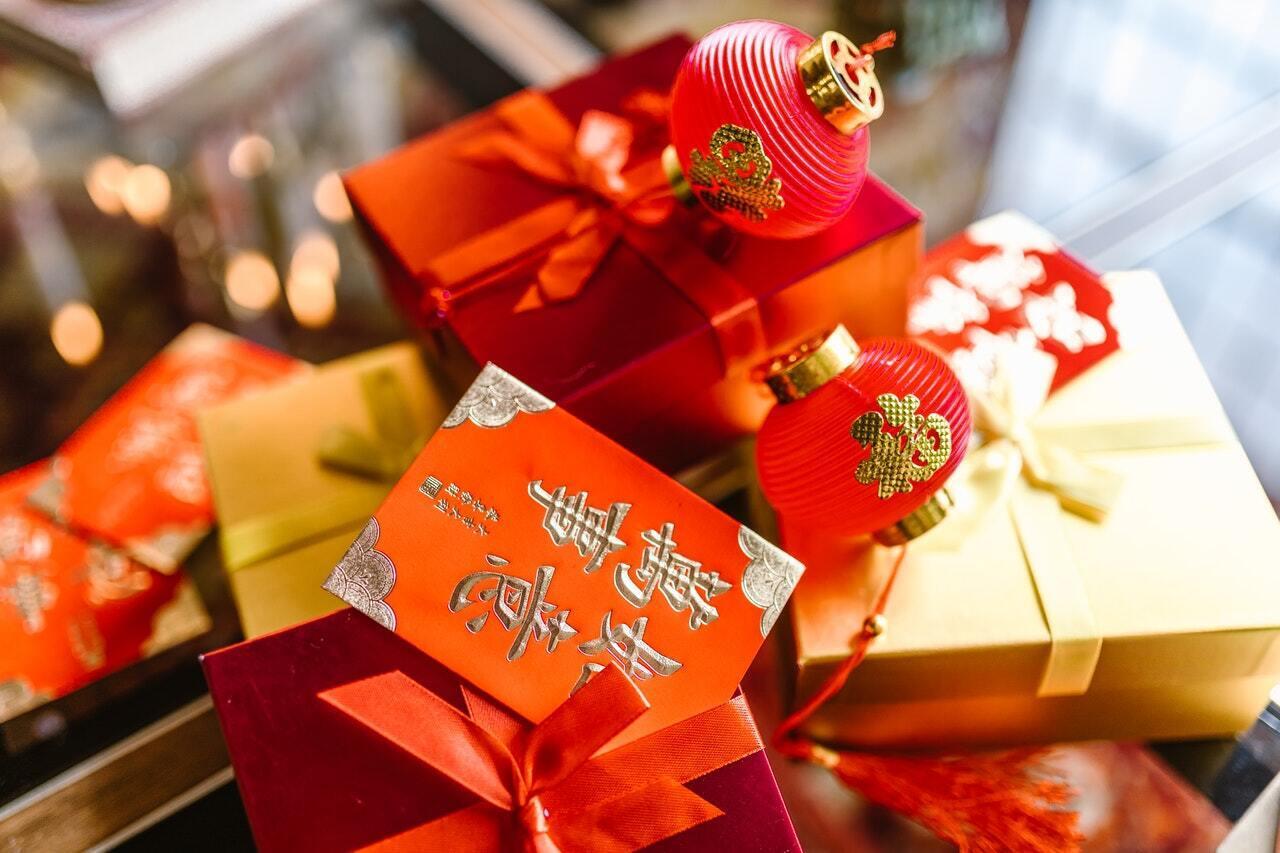 На Новый год родители дарят своим детям красные конверты с деньгами