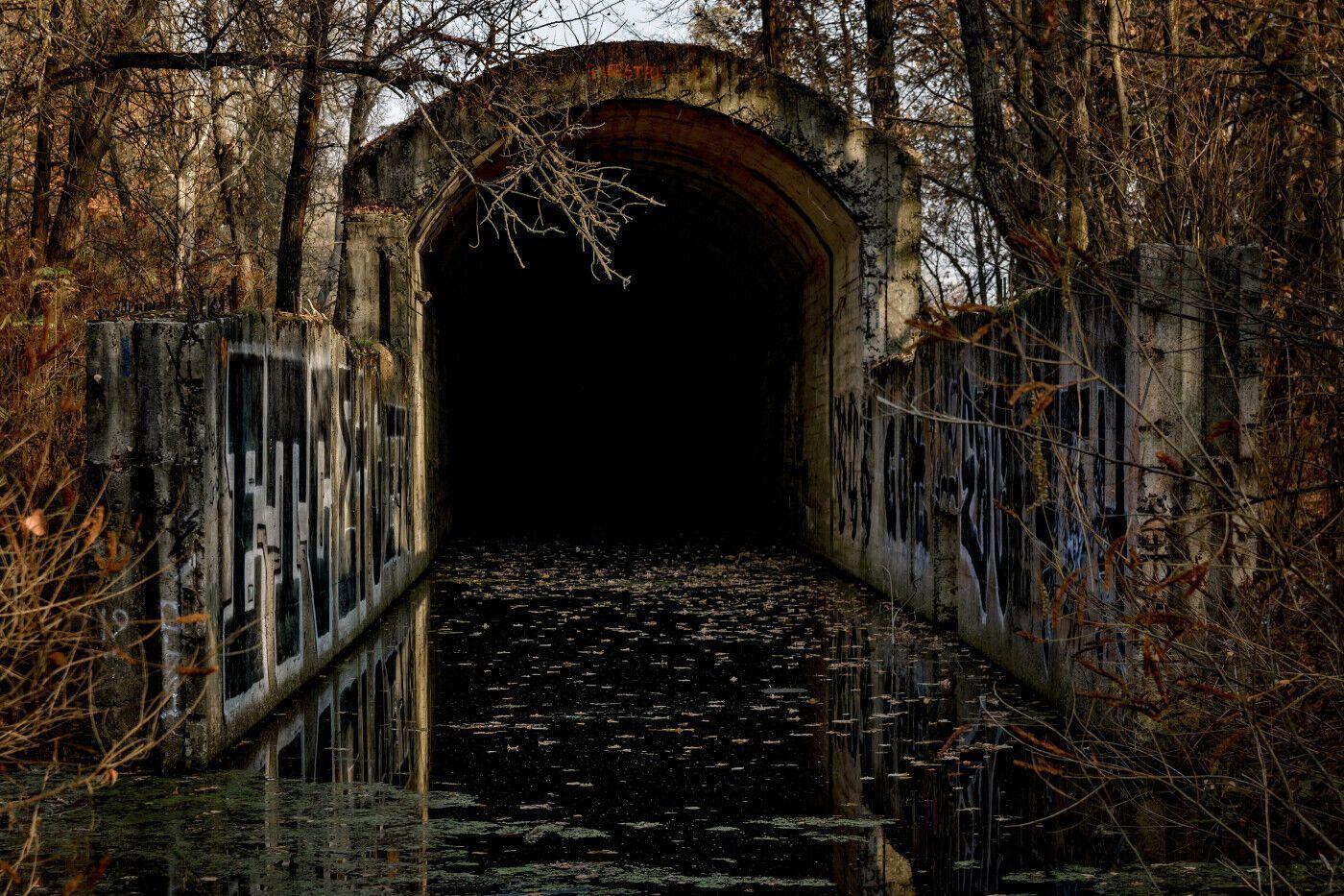 К тоннелю часто часто приезжают любители экстремального туризма