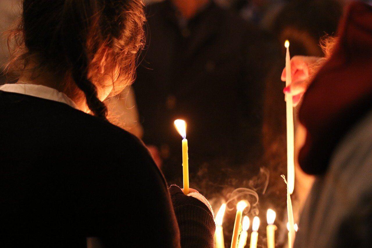 Вважається, що додому з храму на Стрітення варто принести освячені свічку і воду