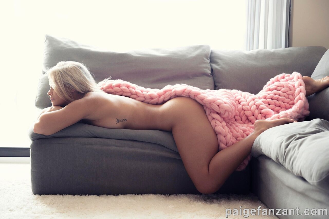 Пейдж ВанЗант под пледом