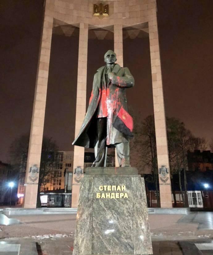 У Львові пам'ятник Бандері облили червоною фарбою