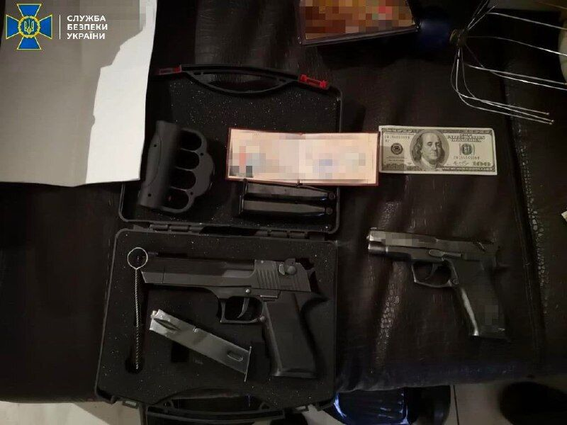 Вилучені гроші та зброя